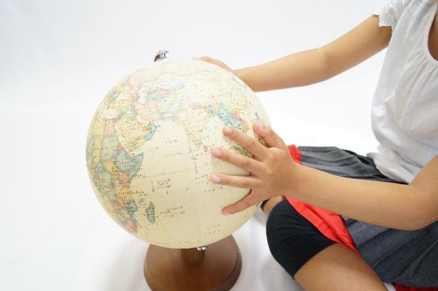 フリー素材 地球儀と子ども